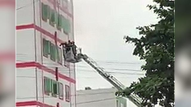 Cảnh sát PCCC dùng xe thang tiếp cận, dập tắt đám cháy sau ít phút