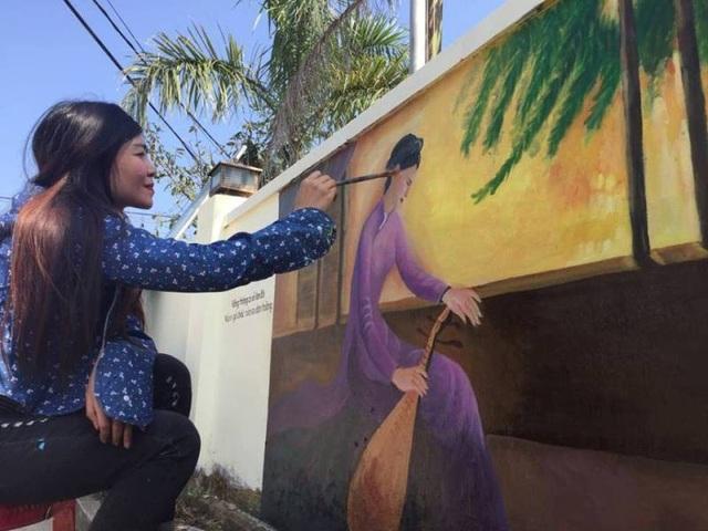 Ông Phạm Ngự Bình, Chủ tịch UBND xã Tiên Điền (huyện Nghi Xuân) cho biết, các họa sĩ phải mất gần 1 tháng để hoàn thành những bức họa trên con đường dài hàng trăm mét.