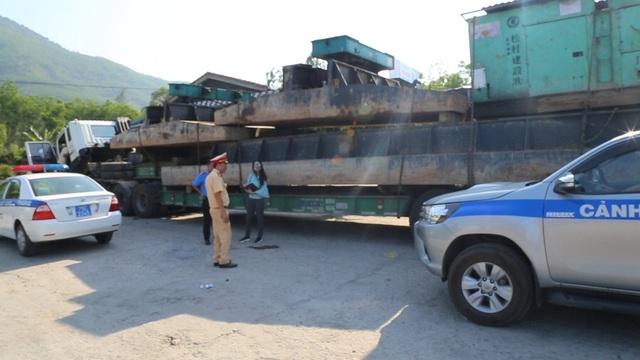 CSGT Thừa Thiên Huế chặn các xe chở quá tải hàng siêu trường siêu trọng của Công ty Hải Sơn