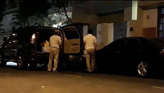 Ông Chiến (bên phải) về đến nhà riêng vào tối 17/4, sau khi Bộ Công an có quyết định khởi tố bị can do liên quan vụ Vũ nhôm đối với cá nhân ông.