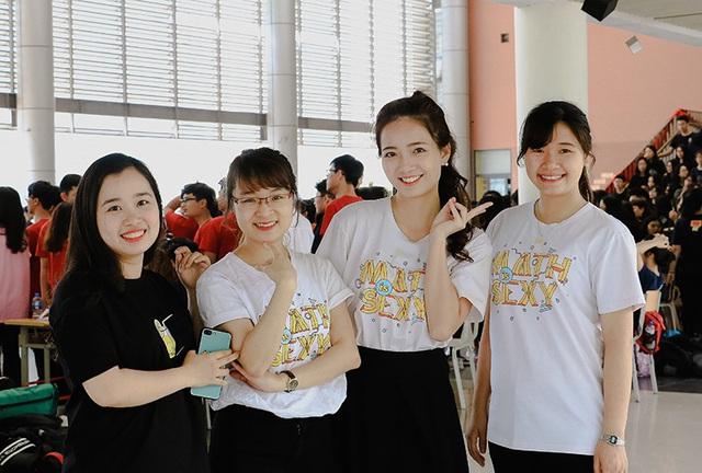 Cô giáo hoa khôi Phan Hồng Anh (thứ 2 từ phải sang) cùng với các đồng nghiệp và học trò tham gia Ngày hội thầy trò