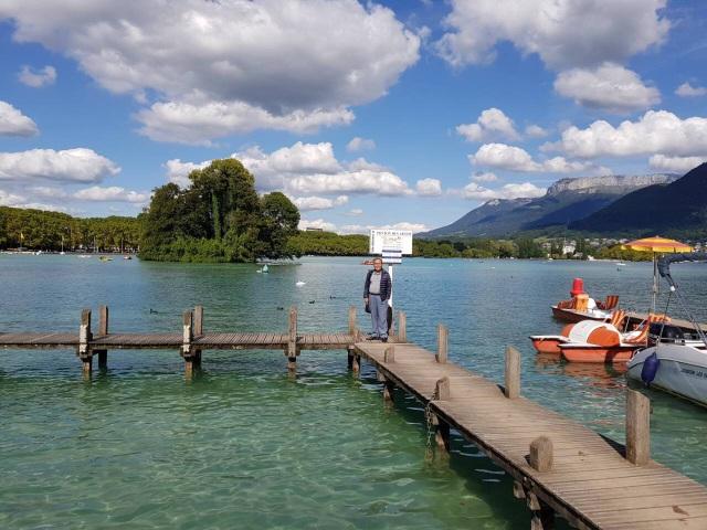 Dạo quanh hồ rất nhiều bến thuyền