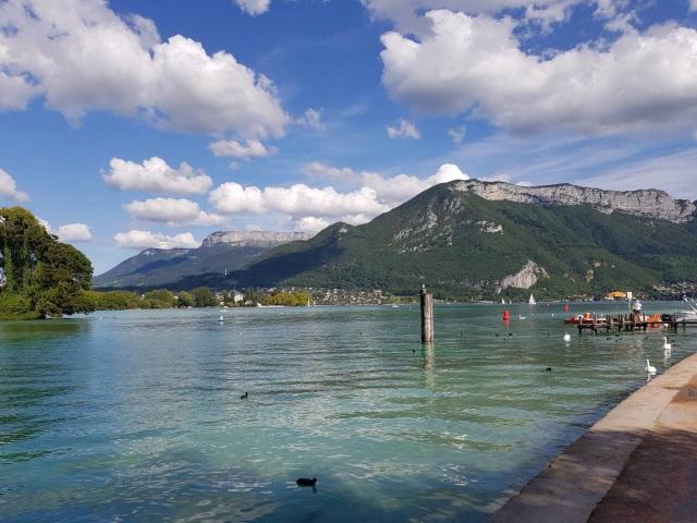 Quang cảnh hồ Annecy - sơn thủy hữu tình với rất nhiều điểm vui chơi giải trí nghỉ ngơi thu hút khách du lịch