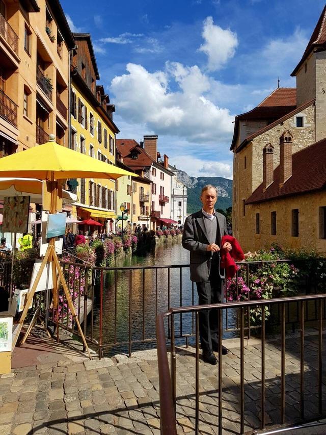 Ông Gerard Boivinau trên đường phố Annecy