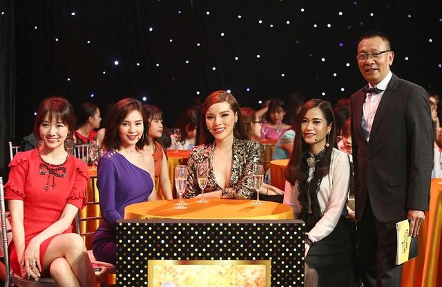 Cùng xuất hiện bên nhà báo Lại Văn Sâm trong suốt chương trình là hàng loạt những nghệ sĩ nữ được yêu thích nhất của showbiz Việt hiện nay.