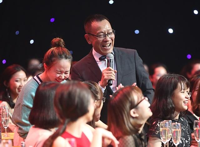 """Được giới thiệu như một """"bố già"""" của chương trình, không còn là một MC đạo mạo, nhà báo Lại Văn Sâm khiến công chúng thích thú với phong cách lịch lãm, chất và """"chịu chơi""""."""