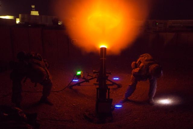 Lính thủy đánh bộ Mỹ khai hỏa súng cối cỡ 120 mm tại trại Shorab ở Afghanistan. (Ảnh: US Marine Corps)