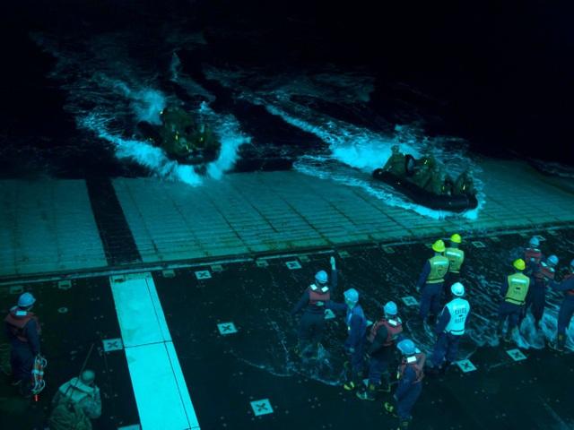 Các thủy thủ Mỹ đưa xuồng cao su về tàu sân bay USS Bonhomme Richard trong một chiến dịch hoạt động ban đêm. (Ảnh: US Navy)