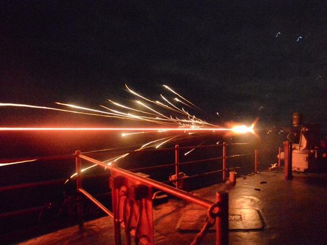 Súng máy cỡ 25 mm khai hỏa trong cuộc tập trận bắn đạn thật trên tàu đổ bộ USS Carter Hall. (Ảnh: US Navy)