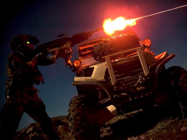 Lính thủy đánh bộ Mỹ bắn súng máy M240B trong một hoạt động tác chiến về đêm tại tỉnh Helmand, Afghanistan. (Ảnh: US Marine Corps)