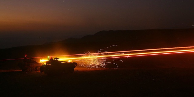 Xe bọc thép LAV-25 khai hỏa nhằm vào các mục tiêu cố định trong cuộc huấn luyện tại Djibouti. (Ảnh: US Marine Corps)