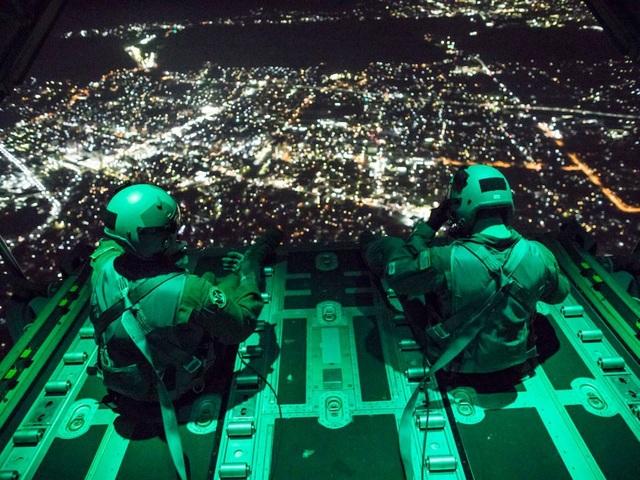 Các binh sĩ Mỹ trên máy bay vận tải C-130J Super Hercules tại căn cứ không quân Yokota, Nhật Bản. (Ảnh: US Air Force)