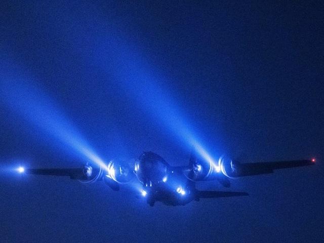 Máy bay vận tải C-130 Hercules thuộc Đội không vận số 36 thực hiện sứ mệnh bay đêm tại căn cứ không quân Yokota ở Nhật Bản. (Ảnh: US Air Force)