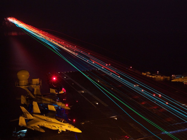 Tàu sân bay USS Enterprise hoạt động về đêm trên biển Ả rập. (Ảnh: US Navy)