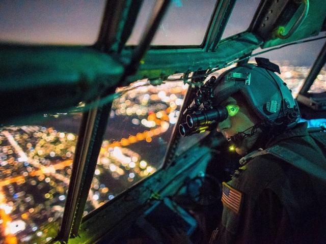 Phi công trên máy bay vận tải C-130 Hercules thuộc Đội không vận số 36 sử dụng thiết bị nhìn trong bóng tối khi thưc hiện nhiệm vụ huấn luyện tại Nhật Bản. (Ảnh: US Air Force)