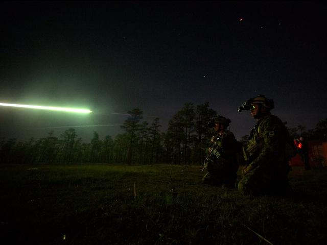 Các binh sĩ sử dụng thiết bị đặc biệt để hỗ trợ quan sát trong bóng tối khi hoạt động về đêm. (Ảnh: US Air Force)