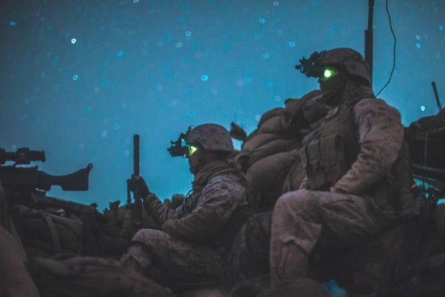 Lính thủy đánh bộ Mỹ quan sát khu vực xung quanh chốt an ninh khi triển khai hoạt động tại Afghanistan. (Ảnh: US Marine Corps)