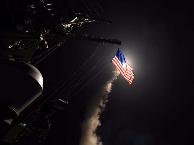 Tàu khu trục USS Ross của Mỹ phóng tên lửa Tomahawk về phía căn cứ không quân Shayrat của Syria trong cuộc không kích vào tháng 4/2017. (Ảnh: Reuters)