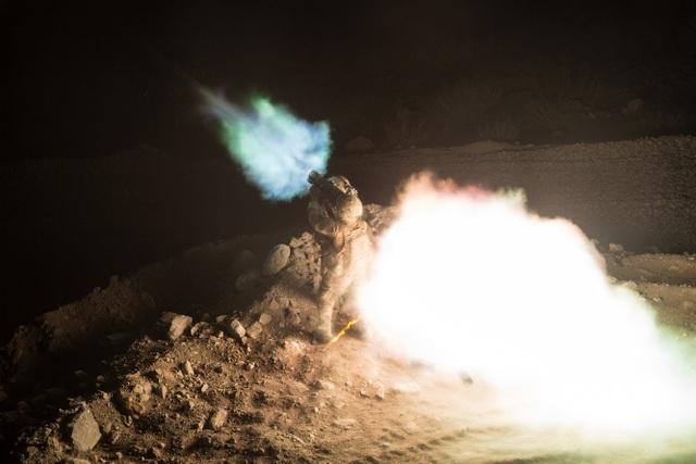Lính nhảy dù Mỹ bắn súng phóng lựu không giật Carl Gustaf từ một trạm quan sát ở thung lũng Pekha của Afghanistan. (Ảnh: DVIDS)