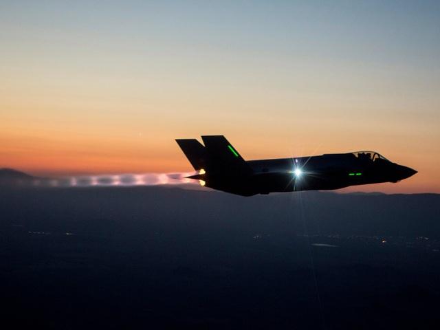 Phi công điều khiển máy bay chiến đấu F-35 vào ban đêm để kiểm tra khả năng hoạt động an toàn trong điều kiện không được hỗ trợ thuận lợi về tầm nhìn. (Ảnh: US Air Force)