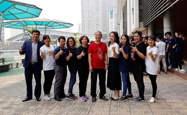 Cô giáo Phan Hồng Anh cùng với các đồng nghiệp