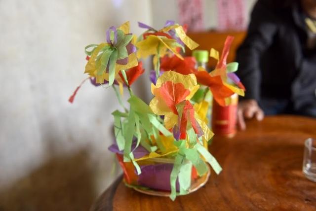 Những bông hoa giấy do Thọ tự tay làm