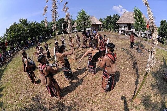 Đồng bào người Cơ tu có nếp sống và nhiều phong tục độc đáo