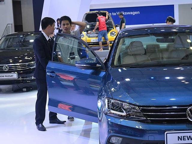 Giá ô tô ở Việt Nam đắt hơn nhiều so với giá trị thật do phải chịu nhiều loại thuế và phí. Ảnh: Quang Huy