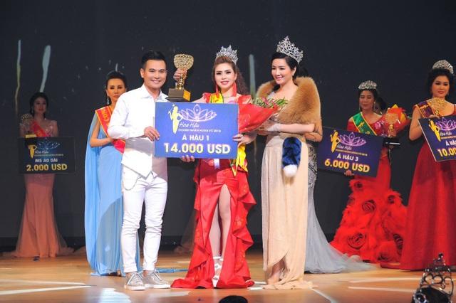Ca sĩ Lâm Hùng cùng Hoa hậu Giáng My trao giải Á hậu 1 cho người đẹp Vũ Thanh Thảo.
