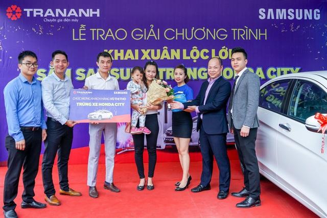 Đại diện Trần Anh trao chìa khóa chiếc xe hơi Honda City cho gia đình chị Tho