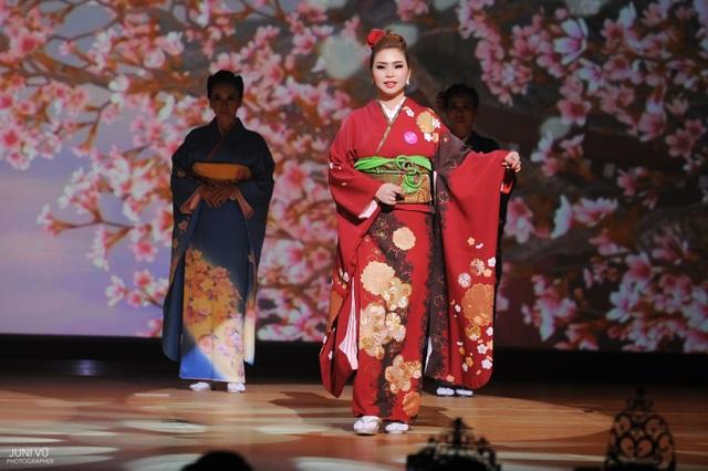 Vũ Thanh Thảo tự tin trình diễn Trang phục Kimono.