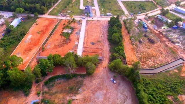 Trong nhiều lần làm việc với UBND huyện Phú Quốc, Chủ tịch UBND tỉnh Kiên Giang Phạm Vũ Hồng đặc biệt lưu ý về việc quản lý trật tự đô thị, đất đai, tài nguyên khoáng sản, quản lý về môi trường…, tuy nhiên thực trạng này đang diễn ra ngoài tầm kiểm soát của chính quyền địa phương.