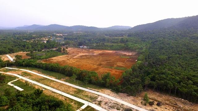 Những khu đất nông nghiệp bị xẻ thịt phân lô, bán nền, san lấp ồ ạt.