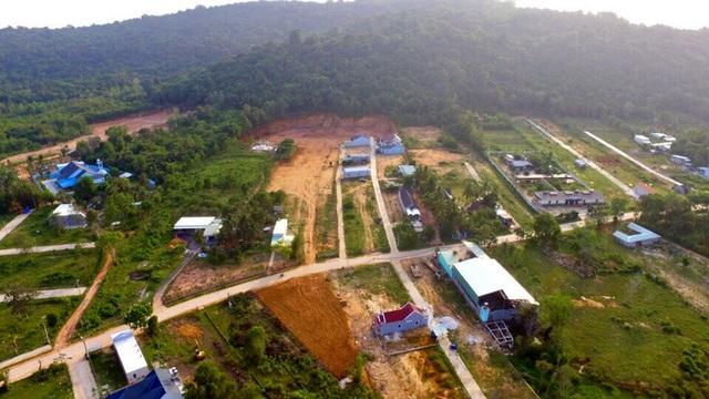 Sau khi đất nông nghiệp bị xẻ thịt hàng loạt, phân lô, tách thửa với diện tích chỉ từ 100m2 - 300m2, UBND huyện Phú Quốc mới phát đi công văn tạm ngưng chuyển đổi mục đích sử đụng đất đối với diện tích dưới 500m2.