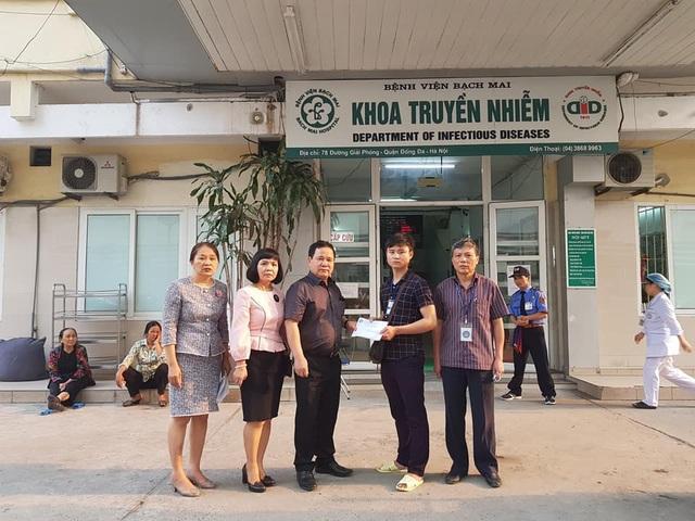 Đại diện gia đình, anh Phạm Mạnh Hùng (Anh trai bạn Hà) đã bày tỏ sự xúc động và cảm ơn sâu sắc đến Nhà trường và cá nhân thầy Hiệu trưởng đã quan tâm đến hoàn cảnh của bạn Hà - một cựu sinh viên của Nhà trường.