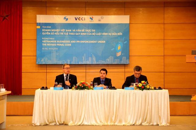 Ông Lê Ngọc Lâm – Phó Cục trưởng, Cục Sở hữu Trí tuệ( bên trái), Tiến sĩ Mai Hà, Chủ tịch Hôi sở hữu trí tuệ Việt Nam ( bên phải), và ông Lương Minh Huân, Phó Viện trưởng, Viện Phát triển Doanh nghiệp – VCCI( giữa) chủ trì buổi Tọa đàm.