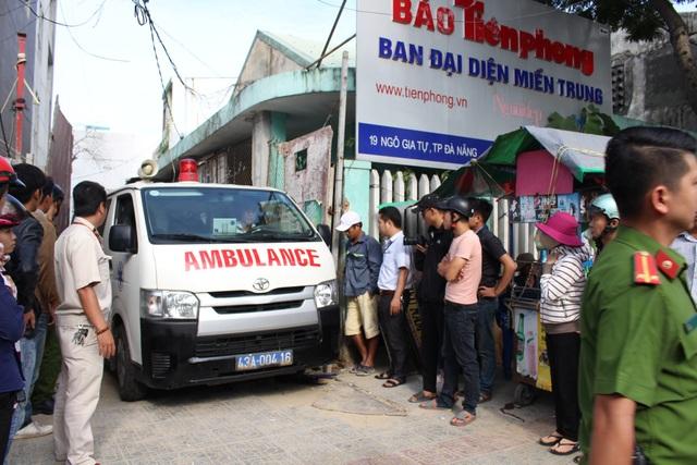 Xe cấp cứu đưa thi thể nạn nhân ra ngoài