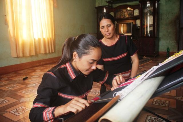 Bà Mlốp đã hướng dẫn ra bao nhiêu học trò, tiếp nối với nghề dệt thổ cẩm của người Banar