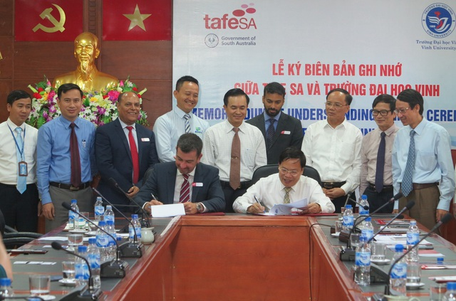 Lễ ký kết Biên bản ghi nhớ giữa Trường ĐH Vinh và trường TAFE SA là thành quả đầu tiên, hiện thực hóa Bản ghi nhớ hợp tác về giáo dục và đào tạo nghề giữa tỉnh Nghệ An và bang Nam Úc.