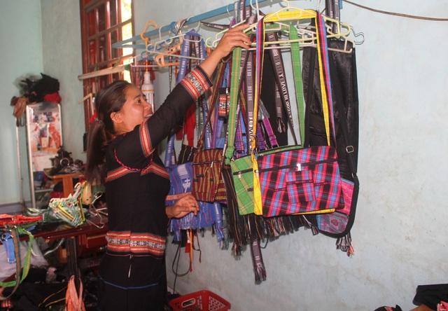 Với sự sáng tạo của chị Mlơn đã tạo nên những sản phẩm hiện đại, nhưng vẫn giữ được bản sắc dân tộc