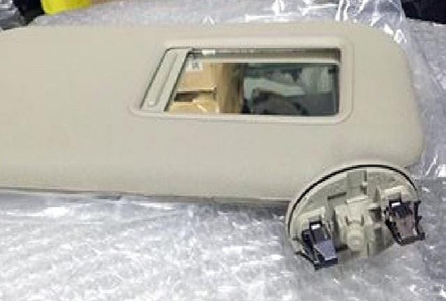 Tấm chắn nắng dùng hai chốt gài vào ốp trần của xe để cố định chân đế.