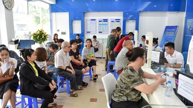 Điểm giao dịch của nhà mạng Vinaphone trên đường Nguyễn Chí Thanh cung có rất đông người tới làm thủ tục bổ sung thông tin. Nhân viên làm việc luôn tay nhưng vẫn có nhiều người phải ngồi đợi khá lâu.