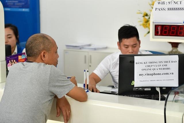 Ngoài cách tới điểm giao dịch, chủ thuê bao cũng có thể làm thủ tục tại nhà qua mạng.
