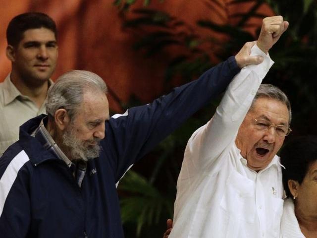 Ông Raul chính thức được bầu làm Chủ tịch Cuba vào năm 2008, kế nhiệm anh trai. Trong ảnh, Lãnh tụ Fidel và Chủ tịch Raul tại lễ bế mạc Đại hội đảng Cộng sản Cuba lần thứ 6 vào năm 2011.