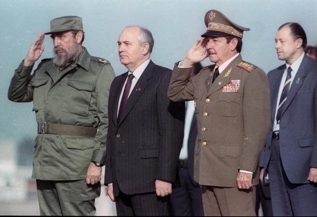 Lãnh tụ Fidel Castro cùng em trai Raul Castro (thứ hai, bên phải) chụp ảnh cùng lãnh đạo Liên Xô Mikhail Gorbechev (thứ hai, bên trái) năm 1989. Ông Raul Castro đã sát cánh cùng anh trai Fidel trong cuộc cách mạng Cuba ngay từ những ngày đầu. Cùng với Fidel Castro và Che Guevara, ông Raul là một trong 3 nhân vật nổi bật nhất của cách mạng Cuba. Sau khi cách mạng thành công, ông Raul nắm giữ các vị trí chủ chốt như Bộ trưởng Quốc phòng, Bí thư thứ hai Ban chấp hành Trung ương dảng Cộng sản Cuba.