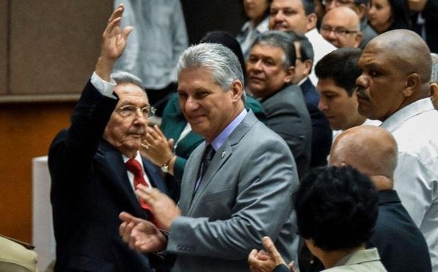 Ông Raul Castro (trái) và ông Miguel Diaz-Canel trong phiên họp quốc hội ngày 18/4. (Ảnh: Reuters)