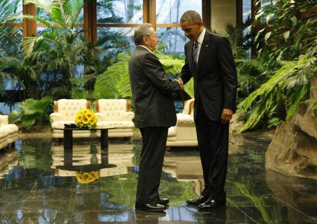 Chủ tịch Cuba Raul Castro bắt tay Tổng thống Mỹ Barack Obama tại Havana trong chuyến thăm lịch sử của nhà lãnh đạo Mỹ tháng 3/2016.