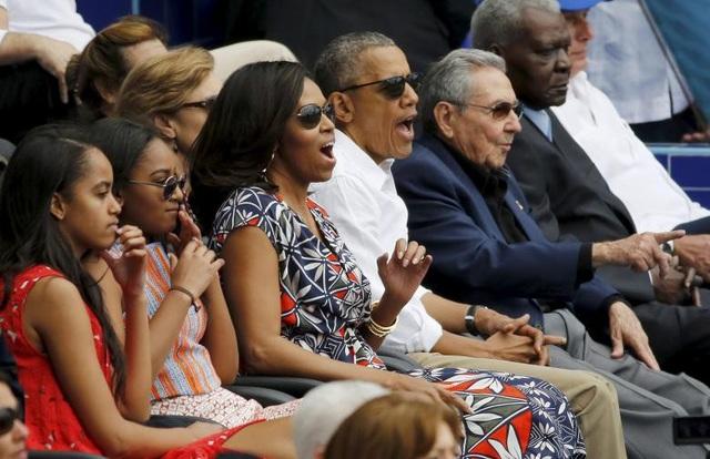 Tổng thống Obama đưa vợ và 2 con xem một trận đấu bóng chày giữa hai đội Mỹ và Cuba tại Havana tháng 3/2016. Chủ tịch Raul và các quan chức cấp cao Cuba cũng tới theo dõi trận đấu này.