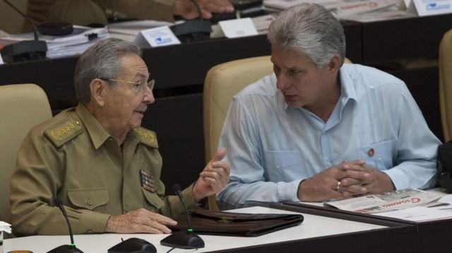 Chủ tịch Raul Castro đã thông báo sẽ nghỉ hưu khi nhiệm kỳ 2 của ông kết thúc vào tháng 4/2018. Ông Miguel Diaz-Canel (phải), Phó Chủ tịch thứ nhất Hội đồng Nhà nước Cuba, ngày 18/4 đã được Quốc hội Cuba chọn là ứng viên duy nhất kế nhiệm Chủ tịch Raul. Với việc ông Raul nghỉ hưu ở tuổi 86, Cuba sẽ chào đón một nhà lãnh đạo mới không xuất thân từ gia đình Castro và thế hệ cách mạng 1959.