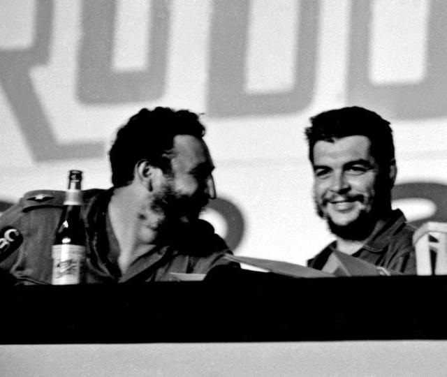 Fidel Castro và nhà cách mạng người Argentina Che Guevara trong một bức ảnh không rõ ngày tháng. Che đã giúp Fidel Castro tiến hành thành công cuộc cách mạng Cuba nhưng bị sát hại tại Bolivia năm 1967.
